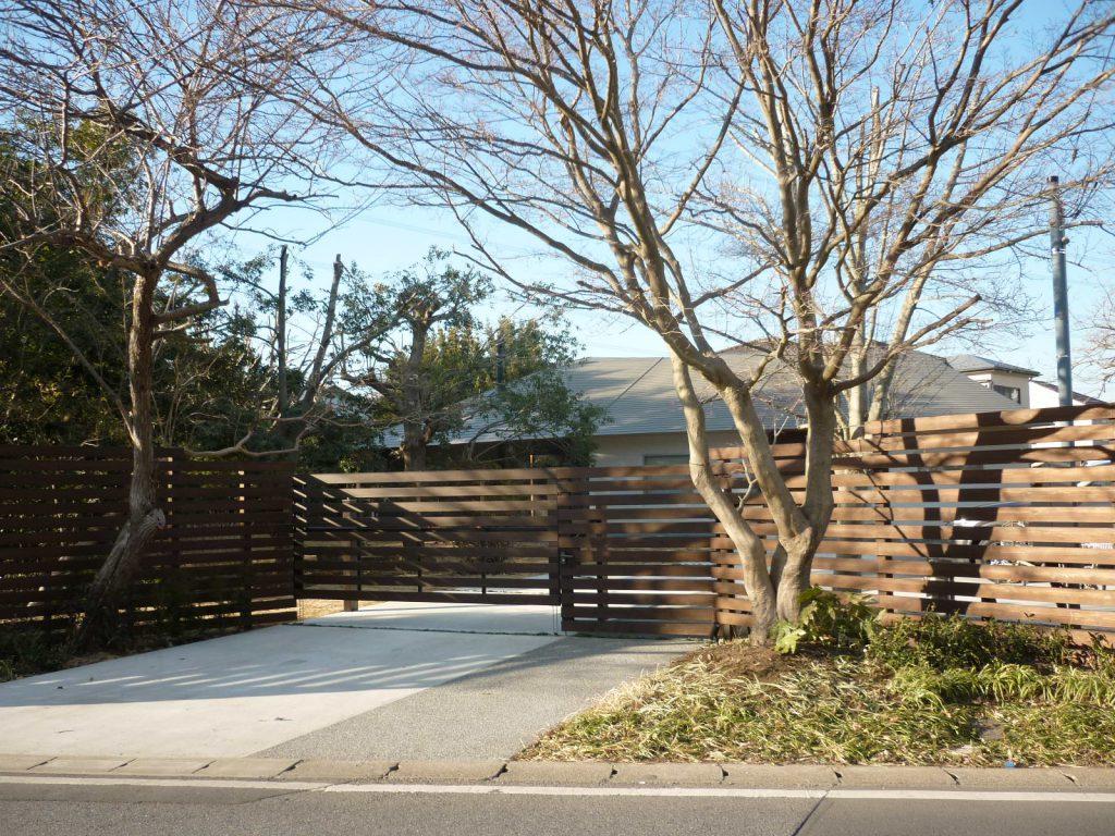 大きな木々に囲まれた平屋建て住宅の外構工事を追加しました。の画像