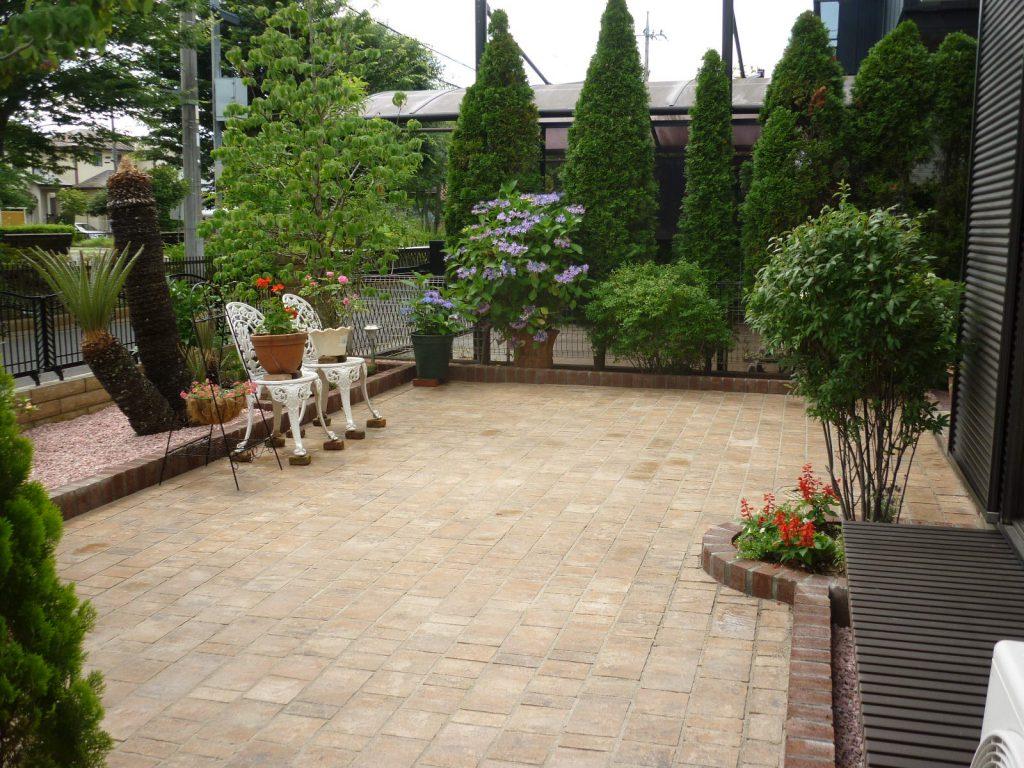 インターロッキング敷きの、手入れの楽なおしゃれな庭の施工例を追加しました。の画像