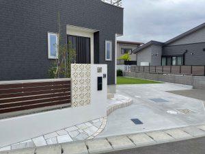 白い花ブロックを積んだ門塀が美しいファサードの施工例を追加しました。の画像